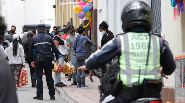 Operativo de autoridades municipales en el centro historico de Quito , controlan los espacios , uso de la mascarilla y aglomeraciones