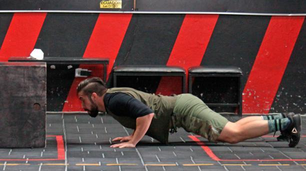 Este burpee incluye un salto al cajón luego de incorporarse, tras la flexión de pecho sobre el suelo
