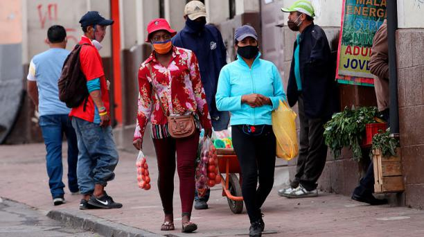 En los alrededores de San Roque, los vendedores llevan la mascarilla mal colocada.