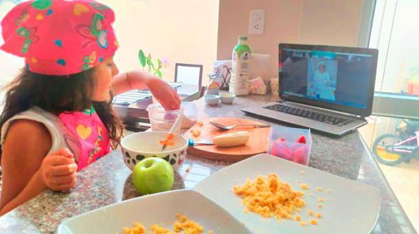 Camila Villavicencio sigue las indicaciones de la chef Sonia Espinoza, que se une desde Brasil, mientras arma su mix de frutas