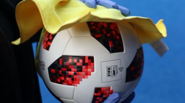 Una de las normas de seguridad en los partidos será la limpieza permanente de los balones. Deberán ser desinfectados. Tomado de la FIFA