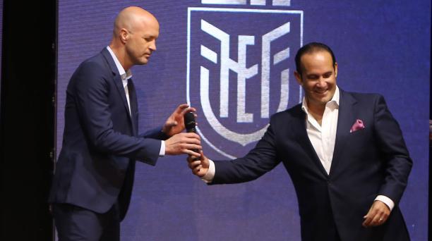 El entrenador de la Selección ecuatoriana, el holandés Jordi Cruyff, junto a Francisco Egas en la presentación de enero pasado en la Casa de la Selección. Archivo/EL COMERCIO