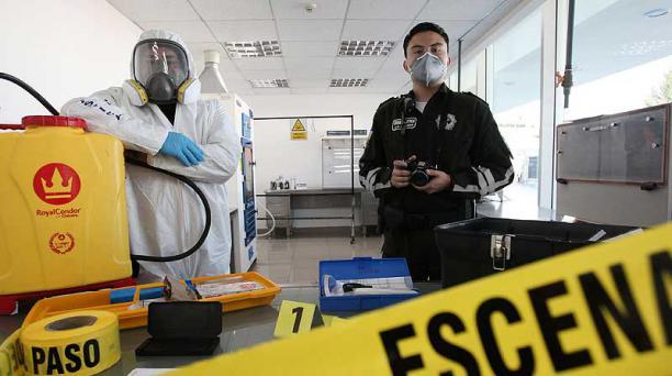 Los peritos Jhon Camisan (izq.) y Juan Carlos Salazar, en Criminalística. Foto: Julio Estrella / EL COMERCIO