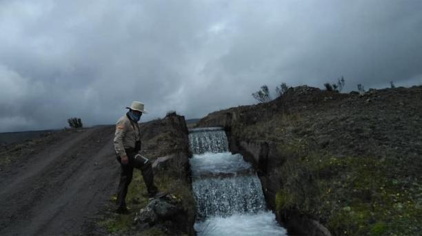 Un grupo de guardaparques se encargó de limpiar los senderos que llevan a diferentes sectores del área recreativa del Parque Nacional Cotopaxi