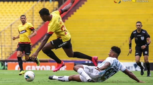 Jean Carlos Montaño trata de llevarse el balón ante la marca de un defensor de Guayaquil City. Foto: Tomado del Twitter de Barcelona