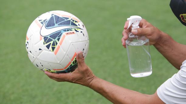 El balón oficial de la LigaPro fue desinfectado por el personal de utilería de Barcelona SC antes del cotejo. Foto: Barcelona SC