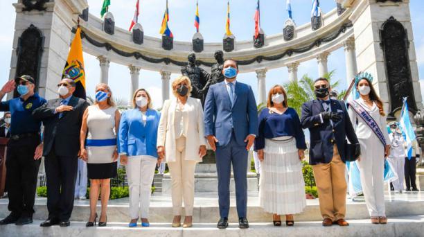La alcaldesa Cynthia Viteri estuvo acompañada de los concejales y autoridades municipales en el momento de la colocación de una ofrenda floral a los próceres de Independencia de Guayaquil. Foto: Cortesía Municipio de Guayaquil