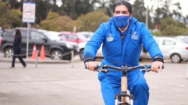 Antes de contagiarse del virus del covid-19, el prefecto del Azuay, Yaku Pérez, organizó entregas de kits de alimentos y se movilizaba en su bicicleta.