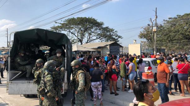 Los uniformados llegaron para tomar el control de la cárcel, luego de que se registrara un enfrentamiento contra policías. Foto: Enrique Pesantes/ EL COMERCIO