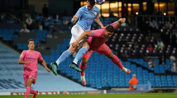Aymeric Laporte (izquierda) intenta despejar un balón con la cabeza ante la arremetida de Luka Jovic, del Real Madrid. AFP