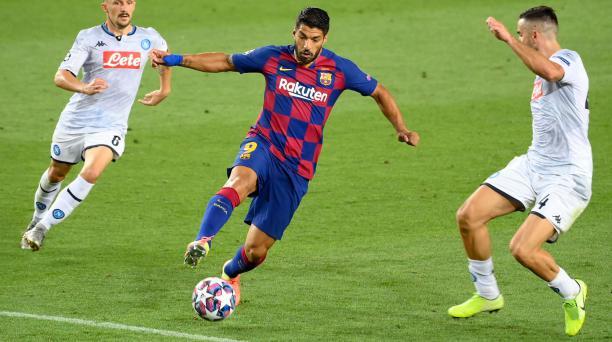 Luis Suárez trata de disparar al arco del Napoli ante la mirada y marca de tres rivales. Foto: AFP