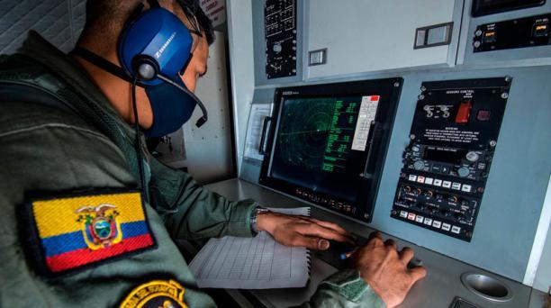 El cabo primero Cristian Janes Cortez trabaja en el radar del avión que sobrevuela y vigila a la flota extranjera