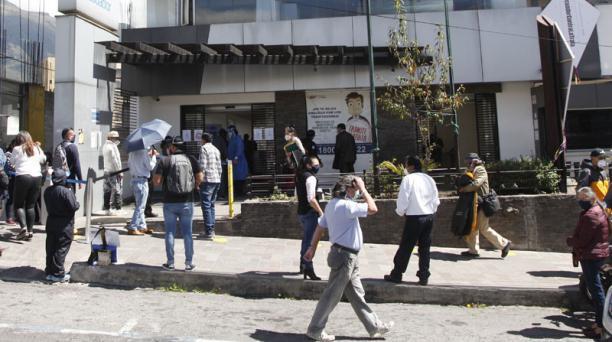 Personas realizan trámites de desvinculación en el Ministerio de Trabajo. Foto: Galo Paguay / EL COMERCIO