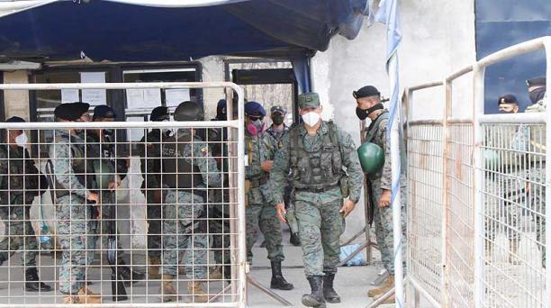Un grupo de militares vigila las afueras de la Penitenciaría del Litoral, en Guayaquil. Foto: Mario Faustos / EL COMERCIO