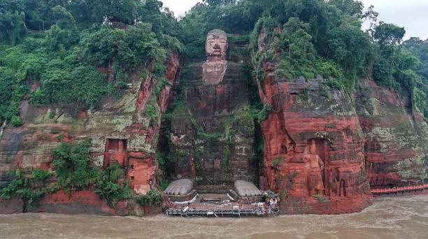 El agua cubrió los pies de una estatua de un buda de 71 metros de altura en Leshan, en la provincia de Sichuan. Foto: AFP