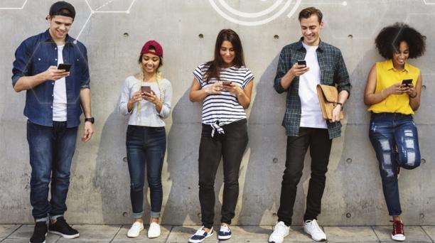 Las personas entre los 25 y 34 años son las que tienen más celulares activados. En el 2019, la cifra fue del 85,3%.