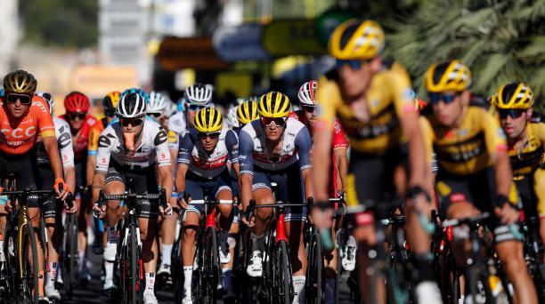 El paquete corre durante la segunda etapa de la edición 107 edición de la carrera ciclista Tour de Francia, 187 km entre Niza y Niza, el 30 de agosto de 2020. AFP