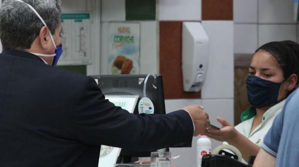 Un cliente paga el consumo de comida con su tarjeta de crédito en un local de Quito. Foto: Julio Estrella/ EL COMERCIO