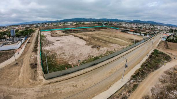 Arriba se observa el terreno vacío en donde se debía construir el Hospital de Pedernales