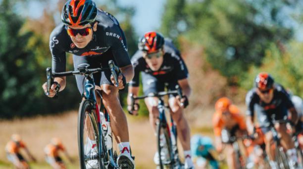 El ciclista ecuatoriano Richard Carapaz sufrió una caída en la etapa 15 del Tour de Francia, pero se levantó y continuó en carrera con otra bicicleta. Foto de la cuenta Twitter @INEOSGrenadiers
