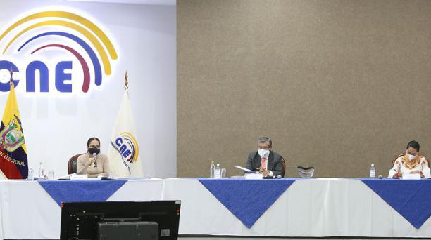 La presidenta del CNE, Diana Atamaint, junto a los vocales José Cabrera y Esthela Acero, anunciaron la eliminación de cuatro agrupaciones políticas que fueron observadas por la Contraloría. Foto: Vicente Costales/ EL COMERCIO