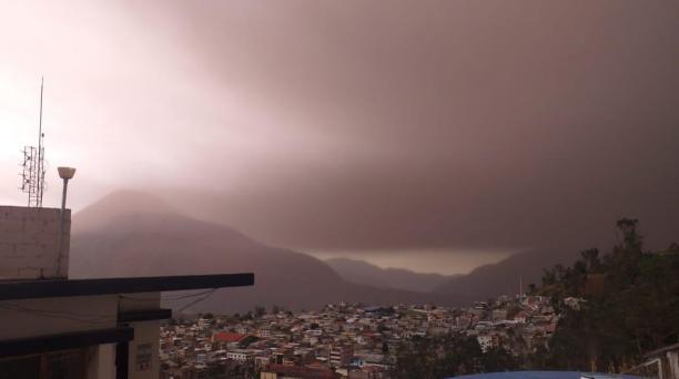 Los pobladores de las localidades afectadas reportaron que había escasa visibilidad, debido a la caída de ceniza del volcán Sangay. Fotos: Cortesía Municipios y Unidad de Policía de Alausí y Chunchi
