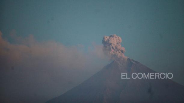 Imagen tomada el 13 de junio del 2020. En ese entonces, la emanación de ceniza también afectó a las poblaciones de Chimborazo y de Guayas, como ocurrió el 22 de septiembre. Foto: Julio Estrella/ EL COMERCIO