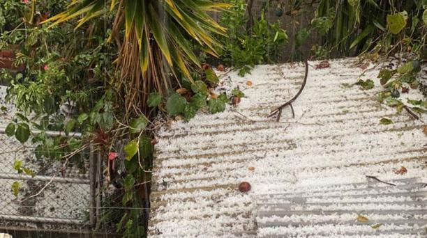 Una capa de granizo se formó en distintas propiedades del sector de Guajaló, en el sur de Quito, durante la fuerte lluvia de este lunes 28 de septiembre del 2020. Foto: Juan Carlos Ocaña/ EL COMERCIO