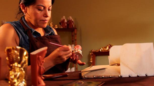 Artesanos de San Antonio de Ibarra esculpen tacones de Jacqueline Moncayo