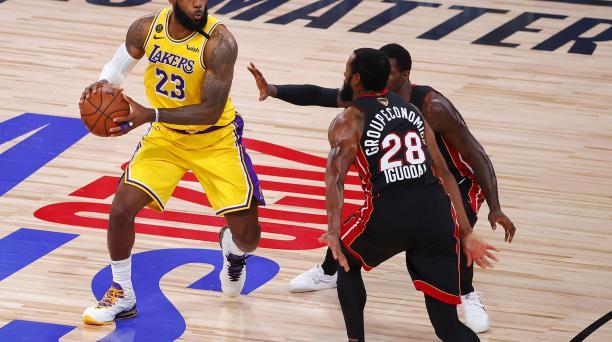 Lebron James fue figura en la primera final de la NBA entre los Lakers y los Heats. Foto: AFP
