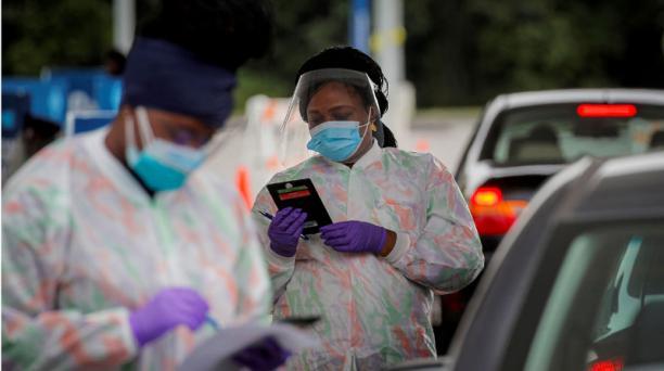 Trabajadores sanitarios en un centro de examen por covid-19 en campus Westchester de Regeneron Pharmaceuticals, Nueva York. Foto: Reuters