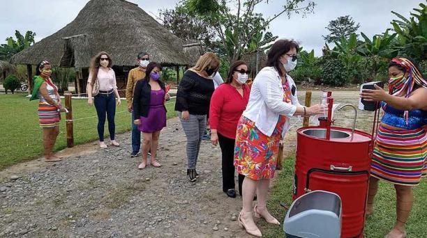 En la comuna Chigüilpe, en Santo Domingo, los tsáchilas instalaron un lavamanos portátil para los visitantes. Foto: cortesía Centro Cultural tsáchila Mushily