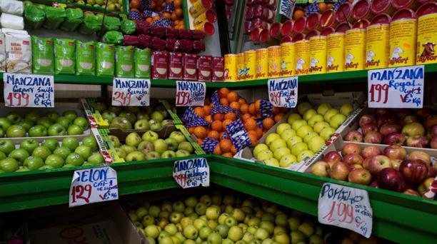 Contra la pobreza alimentaria por la pandemia de la covid-19 es necesario transformar los sistemas alimentarios, algo difícil en América Latina por ser la región más cara del mundo para adquirir alimentos nutritivos. Foto: EFE