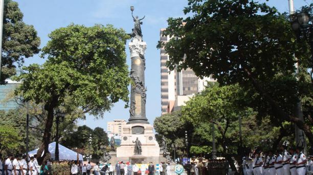 En la Columna de los Próceres, en el centro de Guayaquil, se colocaron ofrendas florales y se realizan honores cívicos y militares para conmemorar el 9 de Octubre de 1820. Foto: Mario Faustos/ EL COMERCIO