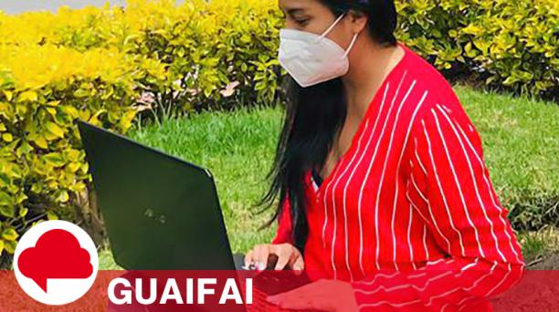 Jessica Encalada aprovecha la señal para conectarse a Internet en Pimampiro.