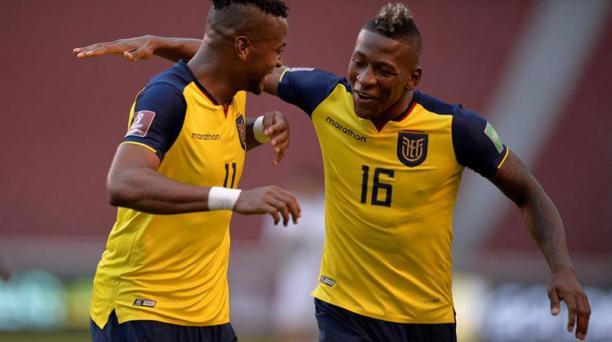 Michael Estrada (izq.) y Pervis Estupiñán celebran la victoria en el partido de Ecuador vs. Uruguay. Foto: EFE