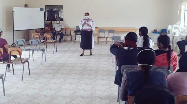 El Plan Institucional de Continuidad Educativa PICE fue socializado con padres de familia y líderes comunitarios del CECIB Martín Alonso González, comunidad Piava Chupa, en Cotacachi. Foto: Twitter Educación Zona 1