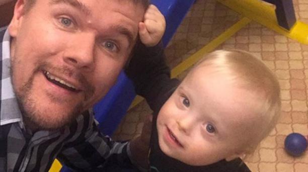 cada día es un nuevo descubrimiento para este padre y su hijo con necesidades especiales.