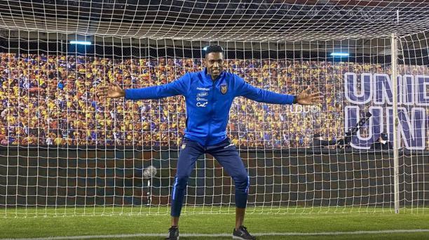 Alexander Domínguez posó en el estadio Rodrigo Paz, con la indumentaria de la Tri. Foto: Liga de Quito
