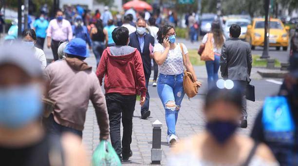 Decenas de personas caminaban ayer por el bulevar de la avenida Naciones Unidas, a la altura de la Amazonas, en el norte. Foto: Diego Pallero / EL COMERCIO