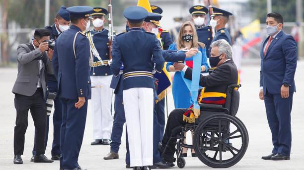 El comandante de la FAE, Mauricio Campuzano, agradeció al presidente, Lenín Moreno, por la compra de los helicópteros para la Fuerza Aérea. Foto: Patricio Terán/ EL COMERCIO