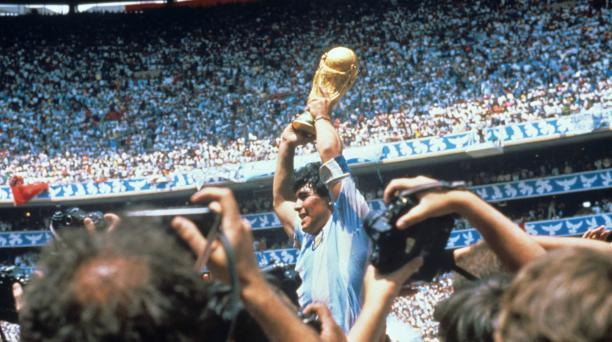 Fotografía de archivo del jugador argentino Diego Armando Maradona con la Copa del Mundo tras derrotar la selección argentina a Alemania por tres goles a dos, en la final el 29 de junio de 1986 disputada en el estadio Azteca en Ciudad de México (México).