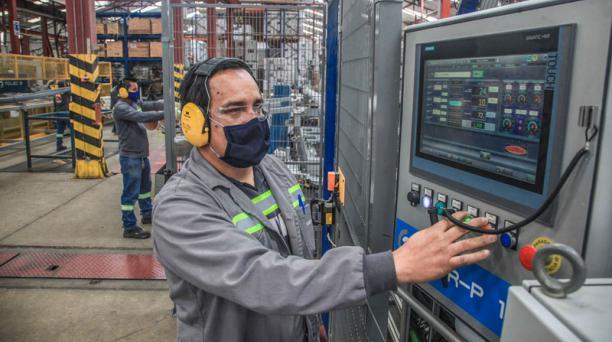 El azuayo Carlos Tapia monitorea mediante un computador la producción en la fábrica Rival, que elabora tubos.