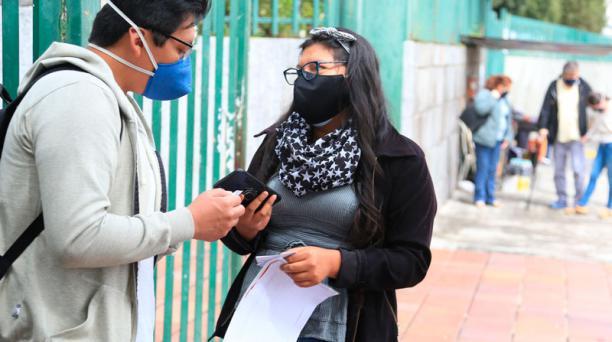 Noemí ayuda a los afiliados del IESS en sus trámites; ahorra para estudiar en otra urbe