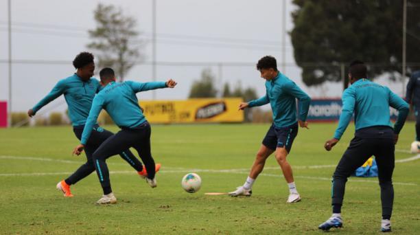 Los jugadores de la Selección de Ecuador en el último entrenamiento de fútbol antes de enfrentar a Colombia, por las eliminatorias. Foto: La Tri