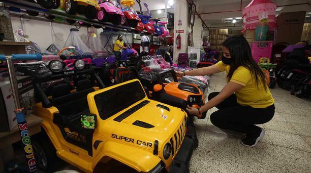 En el sector de la Bahía en Guayaquil, en la Distribuidora Covicsan se ofertaban ayer carros de todo tipo para niños. Foto: Enrique Pesantes / EL COMERCIO