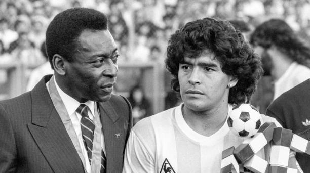 La leyenda del fútbol brasileño Pelé (izq) y la leyenda del fútbol argentino Diego Maradona (der) durante el partido entre Italia y Argentina en Zúrich, Suiza, el 10 de junio de 1987 (reeditado el 25 de noviembre de 2020). Diego Maradona murió después de