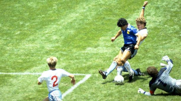 Contra Inglaterra, en México 1986, Maradona anotó uno de los mejores goles de todos los tiempos. Foto: Reuters