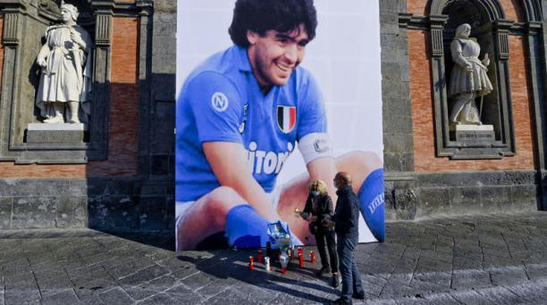 Imagen del homenaje que hicieron los seguidores de Maradona al fallecido futbolista en la Plaza del Plebiscito en Nápoles, Italia. Foto: EFE