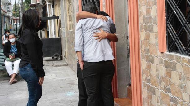 Roberto,hijo del periodista Roberto Oña (de espaldas), recibió las condolencias. Foto: Mario Faustos / EL COMERCIO